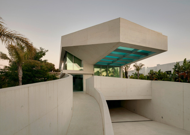 concrete-home-pool-glass-floor-11-entry.jpg
