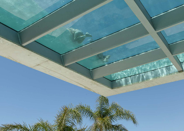 concrete home pool glass floor 2 pool bottom thumb 630x450 30954 Concrete Home Features Pool with Glass Floor