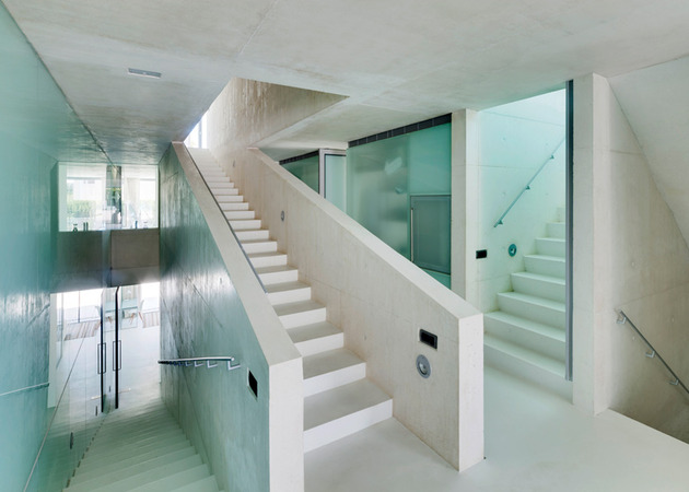 concrete-home-pool-glass-floor-9-stairs.jpg