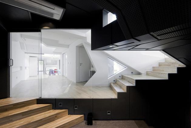 cutout-house-design-surrounding-central-courtyard-10.jpg