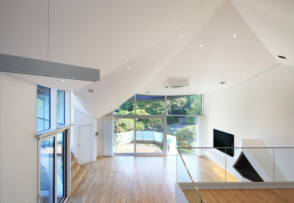 View In Gallery Cutout House Design Surrounding Central Courtyard 11