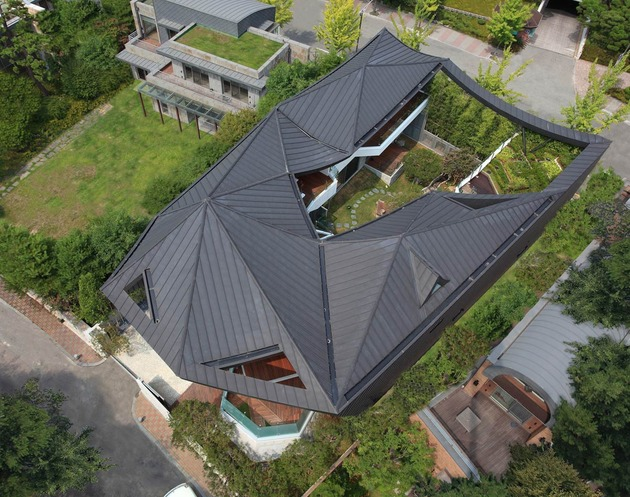 cutout house design surrounding central courtyard 2 thumb 630x497 30249 Cutout Roof Design