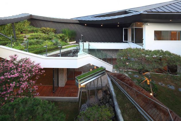 cutout-house-design-surrounding-central-courtyard-3.jpg