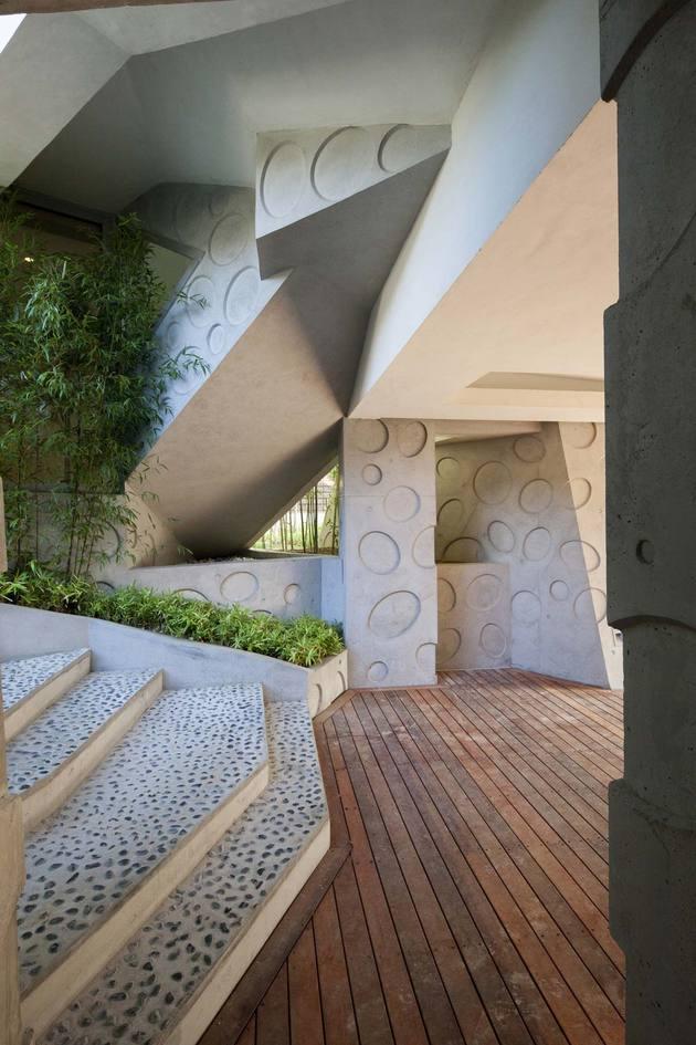 cutout-house-design-surrounding-central-courtyard-8.jpg