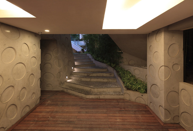 cutout-house-design-surrounding-central-courtyard-9.jpg