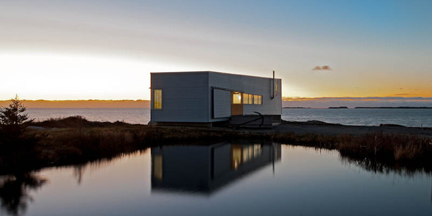 elongated-waterfront-house-with-amazing-sea-views-10.jpg