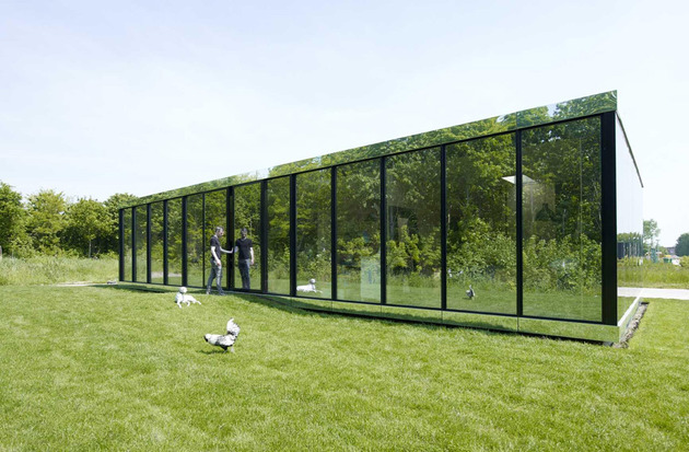 experimental mirror house with linear layout and minimalist aesthetic 1 thumb 630xauto 31661 Experimental Mirror House in The Netherlands