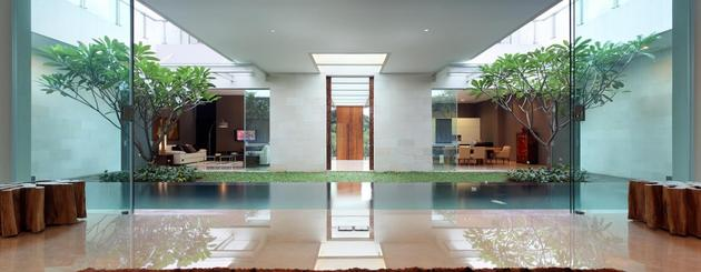 indonesian-zen-house-with-detailed-garden-filled-interior-20-looking-back.jpg
