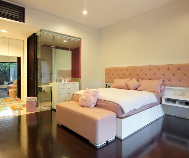 indonesian-zen-house-with-detailed-garden-filled-interior-22-light-bedroom.jpg