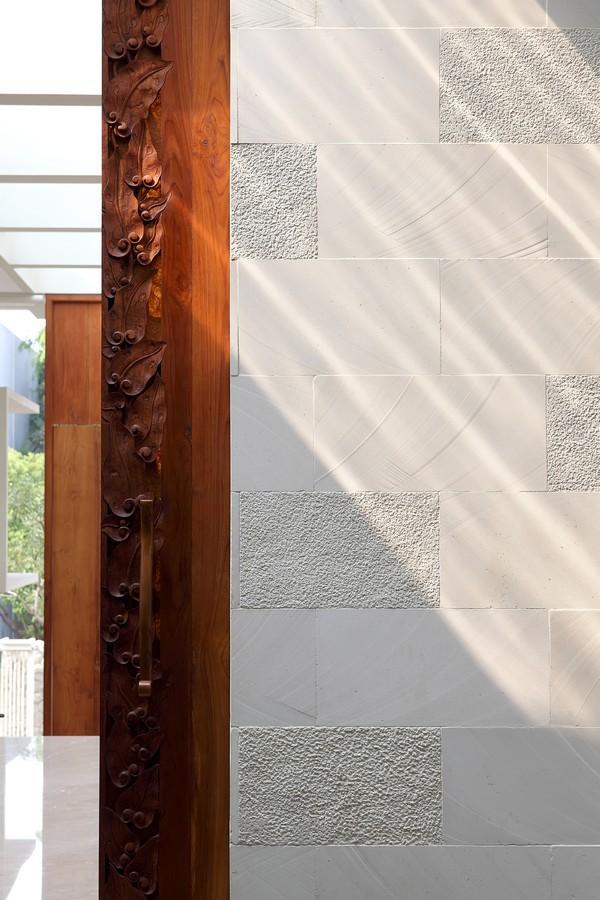 indonesian-zen-house-with-detailed-garden-filled-interior-34-wood-detail.jpg