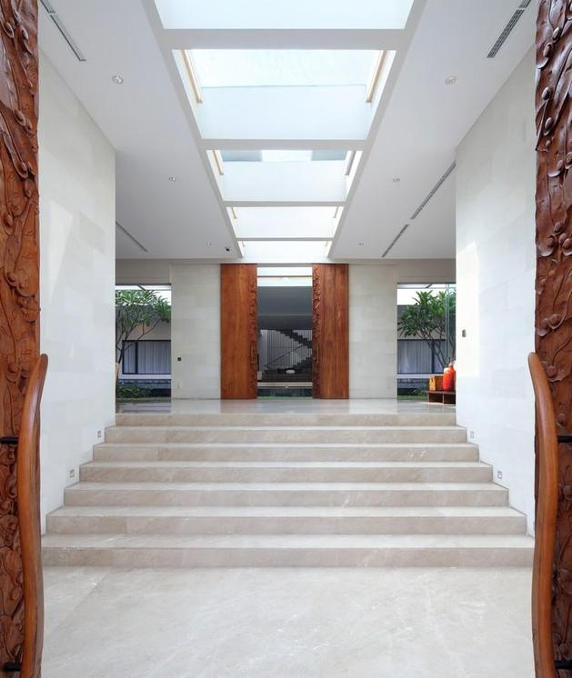 indonesian-zen-house-with-detailed-garden-filled-interior-6-inside-entrance.jpg
