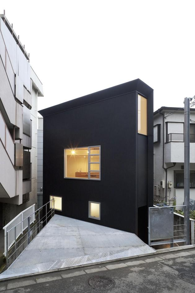 japanese oh house wows with narrow footprint open interiors 1 thumb autox944 32118 Extremely Narrow House