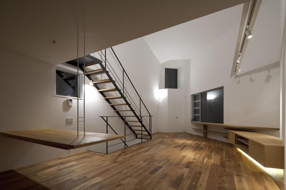 Extremely Narrow House on tall skinny building in japan, houses in tokyo japan, narrow house interior design, micro houses in japan, small apartment building in japan,