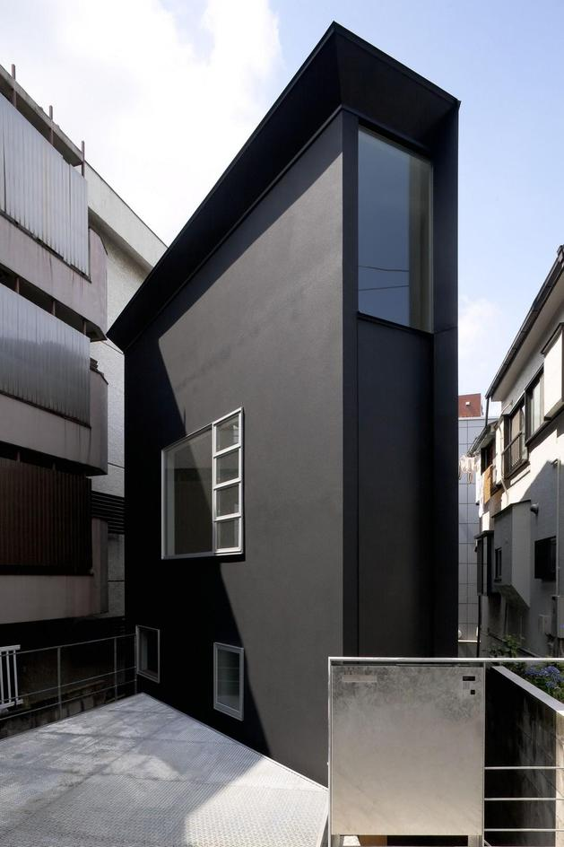 japanese oh house wows with narrow footprint open interiors 2 thumb autox944 32120 Extremely Narrow House
