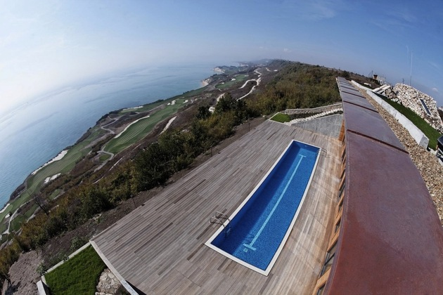 low-energy-hillside-overlook-house-with-rooftop-lawn-4-from-above.jpg