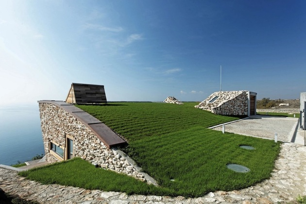 low-energy-hillside-overlook-house-with-rooftop-lawn-5-top-lawn.jpg