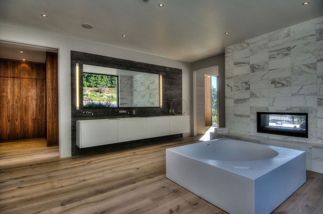 luxurious-la-home-with-glass-walls-and-courtyard-views-13.jpg