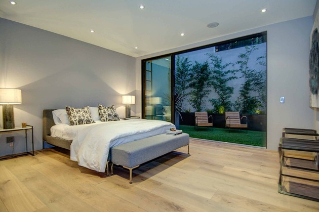 luxurious-la-home-with-glass-walls-and-courtyard-views-16.jpg