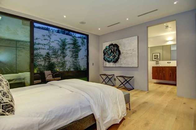 luxurious-la-home-with-glass-walls-and-courtyard-views-17.jpg