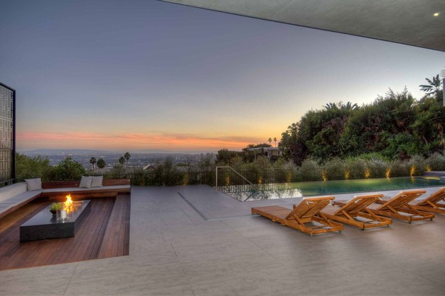 luxurious-la-home-with-glass-walls-and-courtyard-views-8.jpg
