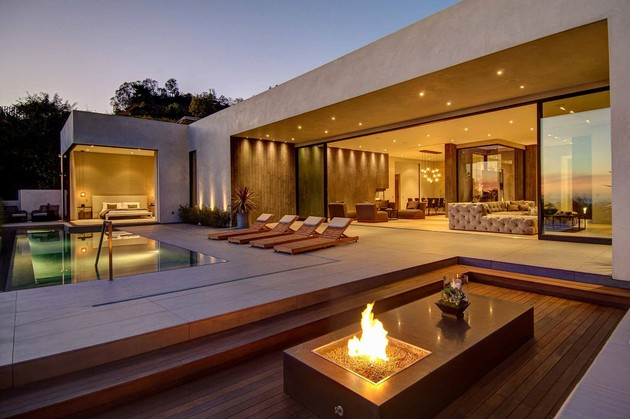 luxurious-la-home-with-glass-walls-and-courtyard-views-9.jpg