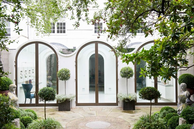 luxury-mews-house-with-classical-courtyard-and-vaulted-conservatory-15.jpg