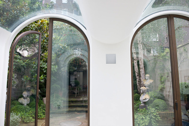 luxury-mews-house-with-classical-courtyard-and-vaulted-conservatory-4.jpg