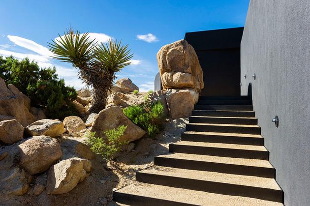 modern-desert-home-courtyard-pool-views-4-entry-stairs.jpg