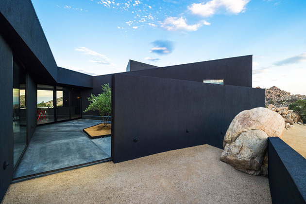 modern-desert-home-courtyard-pool-views-5-courtyard-entry.jpg