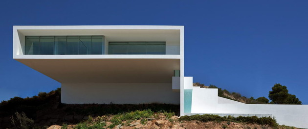monolithic house suspended above the sea 1 thumb 630x265 31617 Monolithic House Suspended Above the Sea