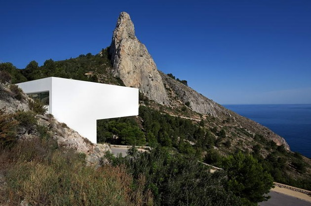 monolithic-house-suspended-above-the-sea-11.jpg