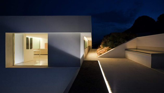 monolithic-house-suspended-above-the-sea-28.jpg
