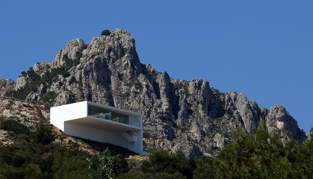 monolithic-house-suspended-above-the-sea-30.jpg