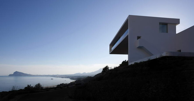 monolithic-house-suspended-above-the-sea-6.jpg