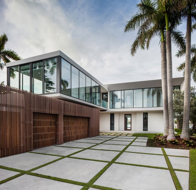 pure yet somptuous design beachside residence 2 thumb 630xauto 33318 Elegant Beachside House Design in Miami Beach