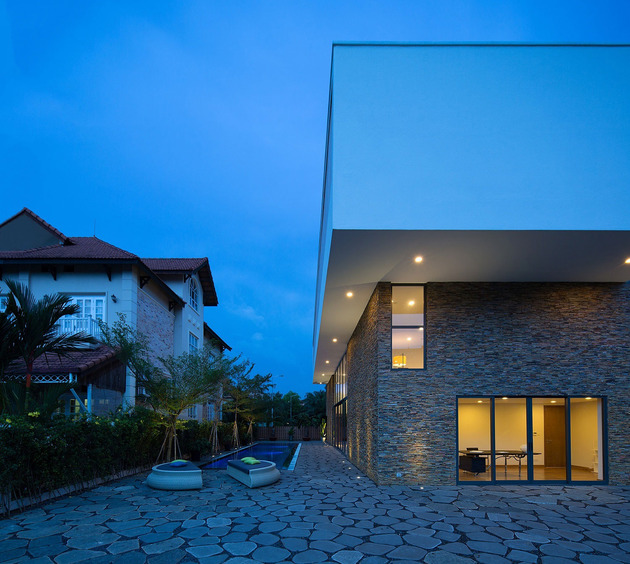 simple-sophisticated-contemporary-home-design-15-pavers.jpg