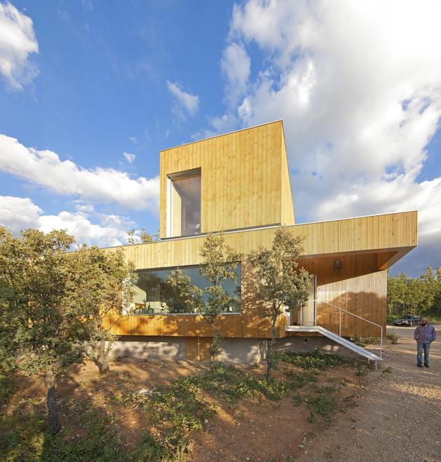 small-forest-cabin-designed-built-environmental-standards-3-driveway.jpg
