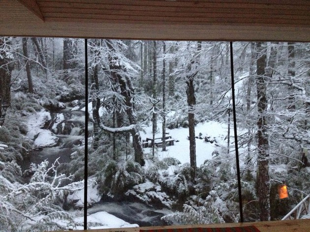 winter cabin accessed elevated walkway 2 waterfall thumb 630xauto 32696 Winter Cabin Accessed by Elevated Walkway