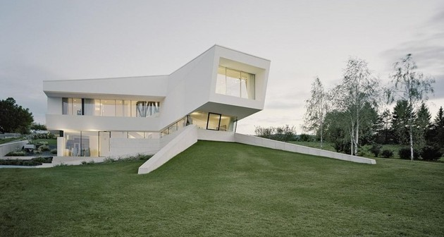 futuristic home with multi faceted shape and minimalist aesthetic 1 thumb 630xauto 33901 Futuristic Minimalist Family House