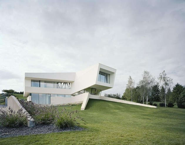 futuristic home with multi faceted shape and minimalist aesthetic 2 thumb 630xauto 33903 Futuristic Minimalist Family House