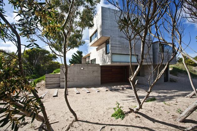 low-maintenance-concrete-beach-house-4-site.jpg