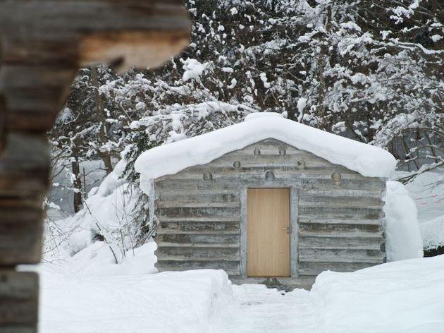 minimalist concrete alpine cabin 1 front thumb 630xauto 34095 Minimalistic Concrete Alpine Cabin