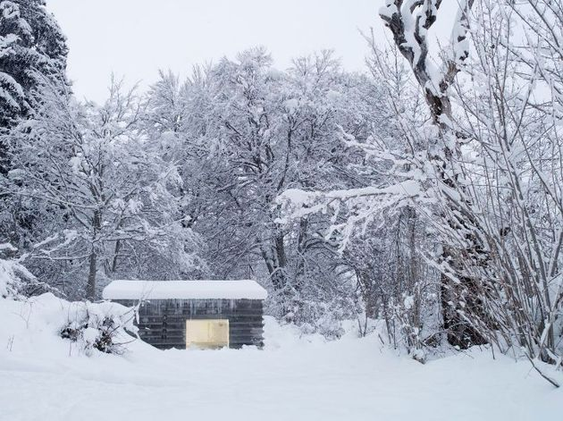 minimalist concrete alpine cabin 2 side thumb 630xauto 34097 Minimalistic Concrete Alpine Cabin