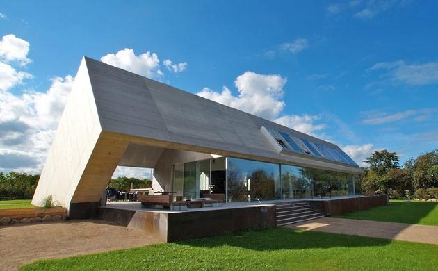 minimalist home unique interpretation gabled roof 2 front thumb 630xauto 34637 Minimalist Home with Unique Interpretation of Gabled Roof