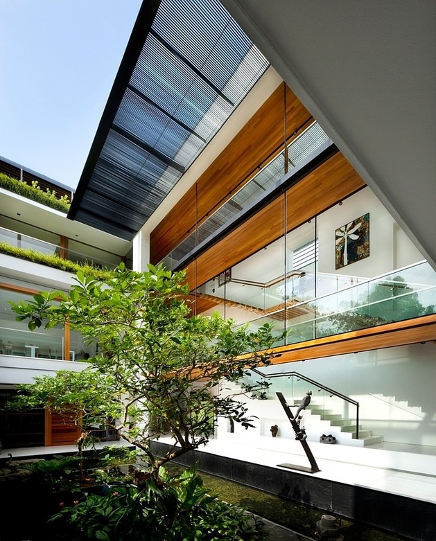 rooftop-lawn-house-with-huge-glass-walls-7-bottom-courtyard.jpg