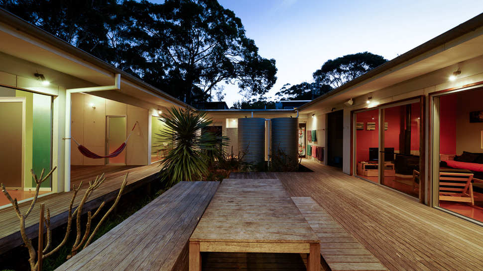 small vacation home wraps around large private courtyard