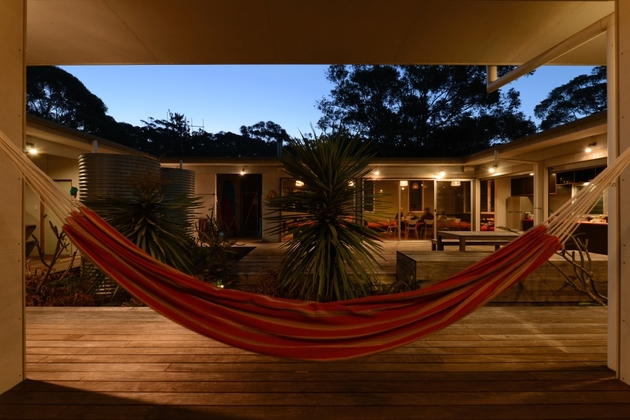 small-vacation-home-wraps-around-large-private-courtyard-6-hammocks.jpg