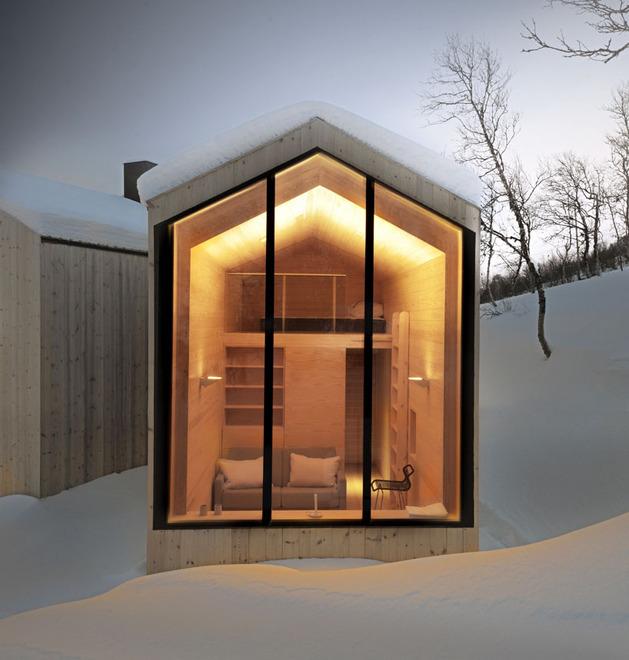 split-level-mountain-lodge-divides-4-directions-14-guest-suite.jpg