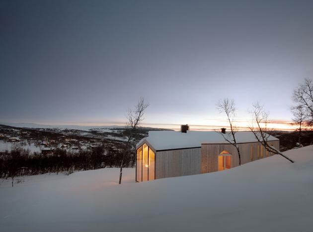 split-level-mountain-lodge-divides-4-directions-3-winter.jpg