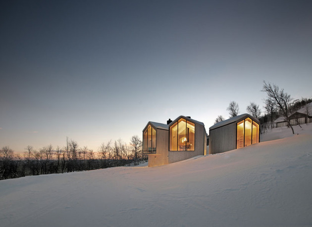 split-level-mountain-lodge-divides-4-directions-4-end-windows.jpg